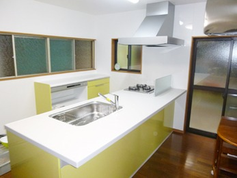 収納スペースがたくさんあり、明るくすっきりしたキッチンになりました。