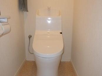 お掃除ラクラク♪ リモコン便座でひろびろトイレに。