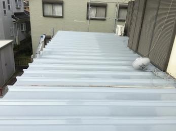 珍しい陸屋根の重ね葺き工事。