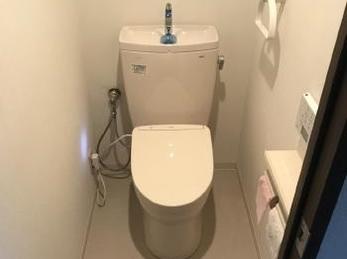 落ち着いた色合いのトイレ