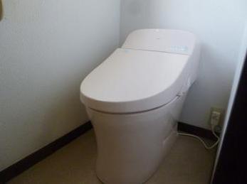 ピンクの一体型トイレが、とてもかわいい仕上がりになりました!