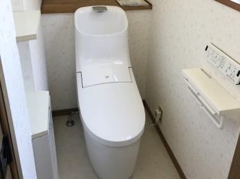 階段下のトイレを明るく。