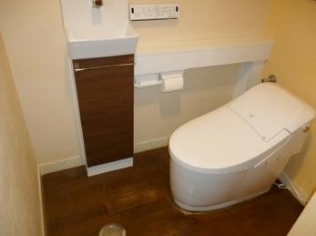 離れていた手洗いを手洗いカウンター付にすることでスッキリ!