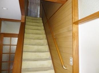 階段や壁に合う色の手摺りと金具を選びました!