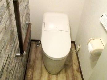 段差解消で出入り安心♪ アクセントクロスでモダンなトイレ♪