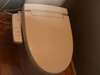 クロスの貼替で一新されたトイレ空間