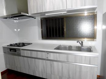 収納力アップですっきり片付いたキッチン