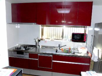 イメージ一新のレッド系面材のキッチン