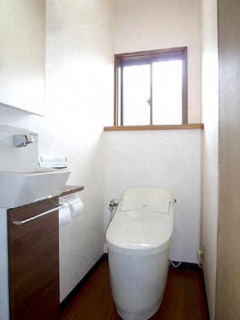 トイレのトータルリフォームで落ち着いた空間に