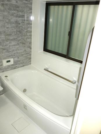 浴室の窓サッシもスッキリ快適な空間になりました